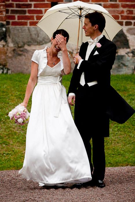 bröllopsfotograf i Uppsala fotograferar vid Vendel kyrka