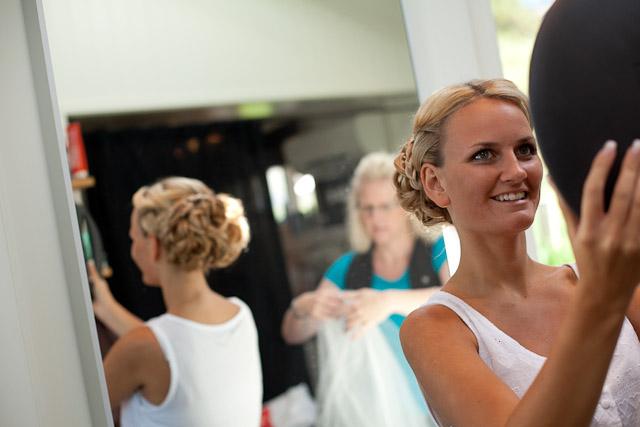 brud gör sig i ordning för bröllop på Hamburgö