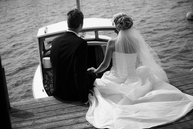 brudpar på båtbryggan på Hamburgö