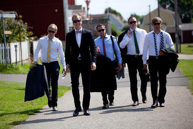Brudgummen och hans vänner på väg för att möta bruden.