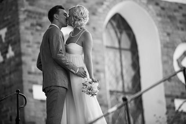 bröllopsfotografering i Uppsala av brudpar vid Helga Trefaldighet