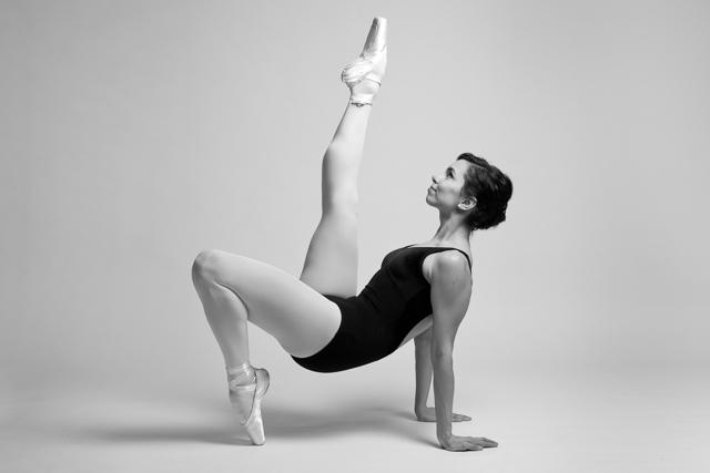 Svartvit bild på dansare i fotostudio