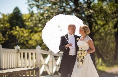 bröllopsparaply som parasol, Bröllopsfotograf Uppsala