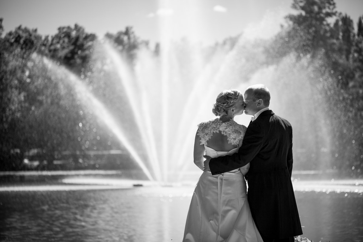 brudpar framför fontänen i Sala park